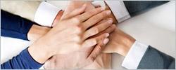 Sieben Unterschiedliche Hände liegen Übereinander